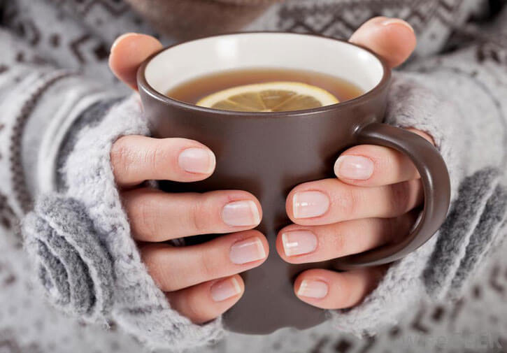 чашка с чаем от гриппа в руках