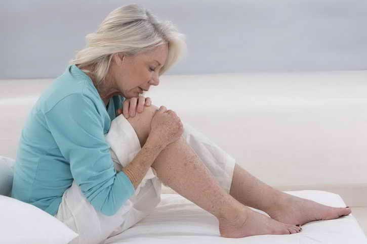 женщина и больные суставы
