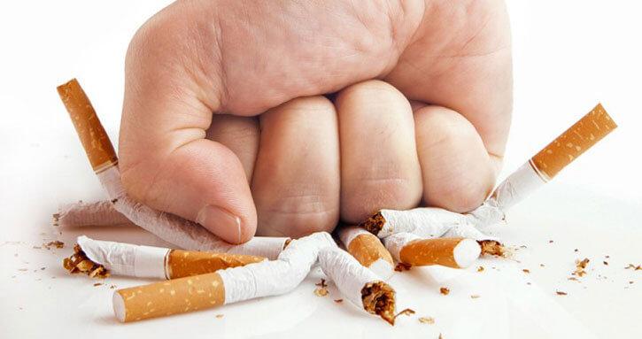 кулаком раздавил сигареты