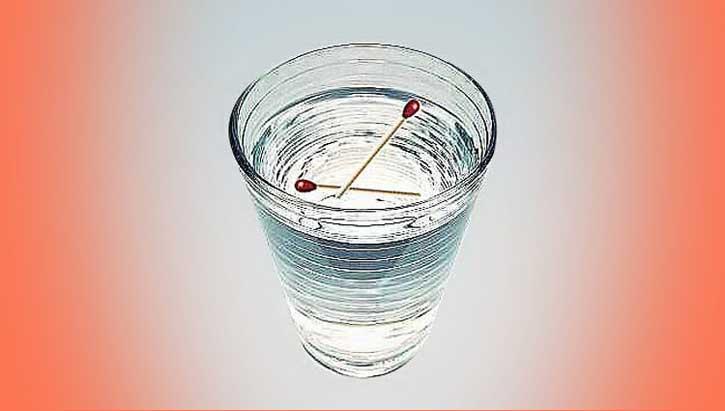 стакан с водой и спичками